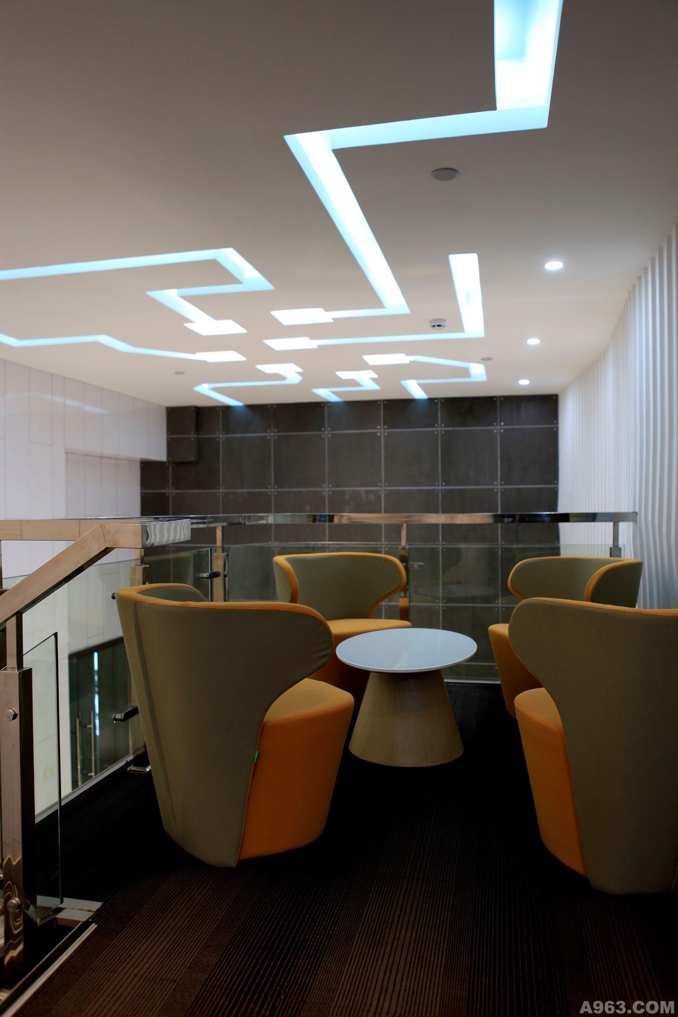 钢结构夹层,充分利用了空间,为业主营造了尽可能多的使用面积;前台