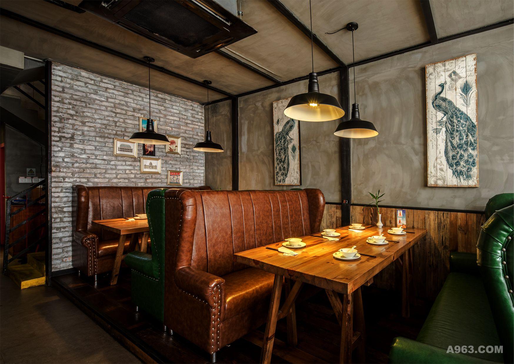 形成了良好的装饰效果,掩盖了吊顶的原始模样,遍及餐厅各处的原木木条