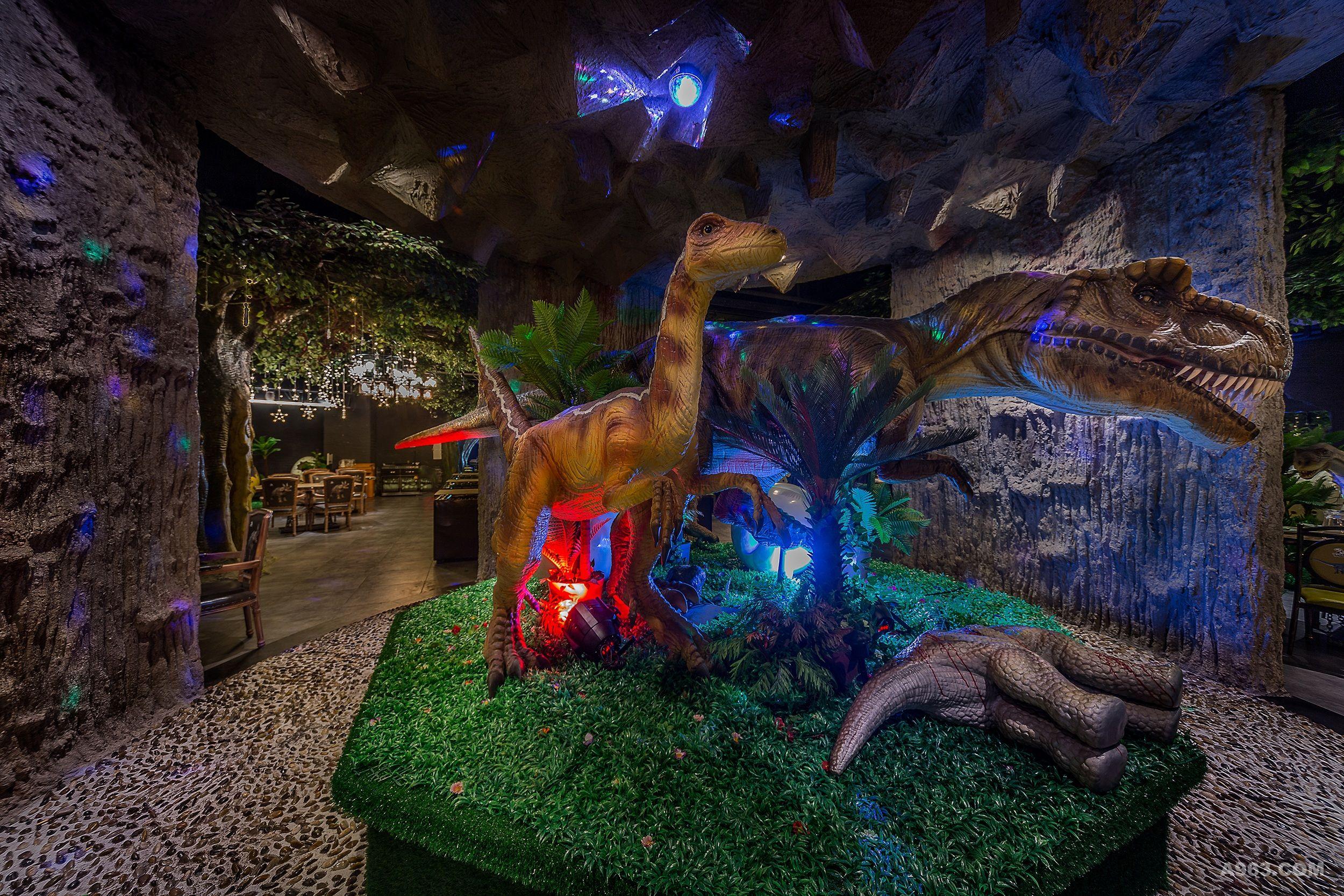 """项目名称:侏罗纪公园主题美食公园 完成时间:2017年5月 设计面积:4500平方米 坐落位置:中国·海口.明珠广场 室内设计:海南悟新设计 主案设计:符芳武 恐龙从出现到灭亡,统治地球长达2亿多年。侏罗纪公园主题美食公园以史前恐龙为设计元素,占地约4500平方米,是目前国内最大的一家恐龙主题餐厅。营造""""侏罗纪公园""""的原始,神秘色彩为主题场景,将远古的恐龙艺术融入饮食文化。以汇集了八大菜系,打造一站式餐饮服务体系,集合日式料理、椰子鸡、川湘菜、粤菜、火锅、港式茶餐厅等"""