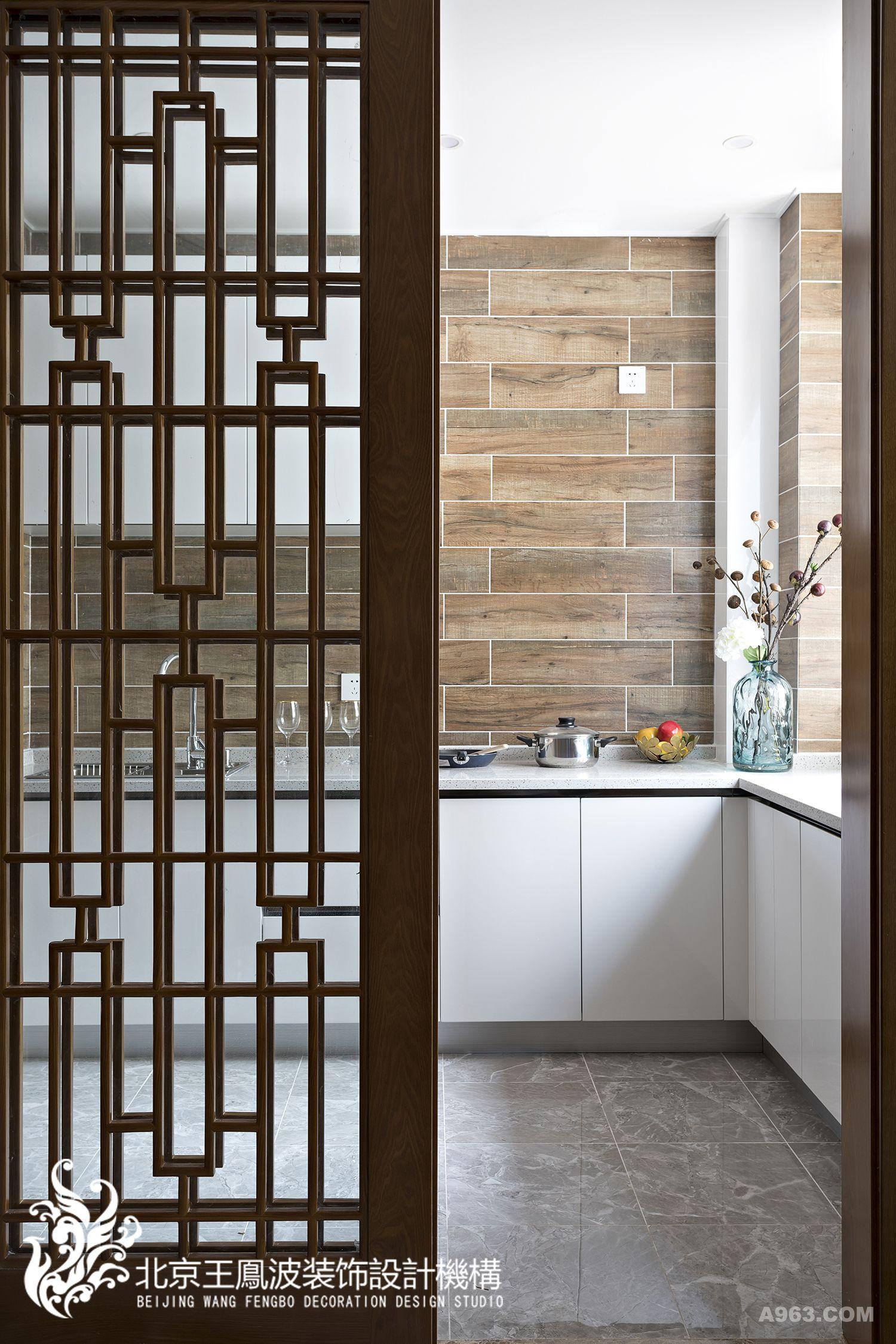 餐厅与开敞式的厨房相邻,一道带有中式窗棂纹样的木质推拉门,分隔开